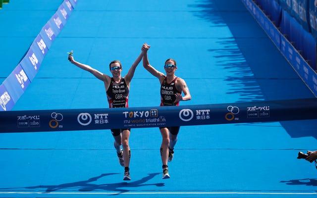 オリンピックテストイベントで優勝したトライアスリートがフィニッシュラインを手にした