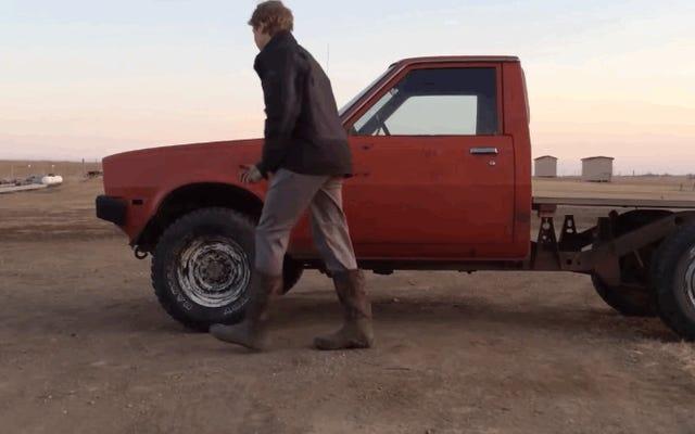 彼はジャンクヤードトラックを取り、120ドルの芝生モーターを設置します。作品