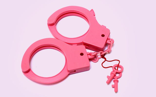 勇敢な警官はピンクの手錠を使って人々を逮捕することで乳がんと闘う