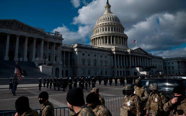 極右民兵グループとの関係のための2人を含む、約12人の州兵メンバーが就任セキュリティチームから削除されました[更新]