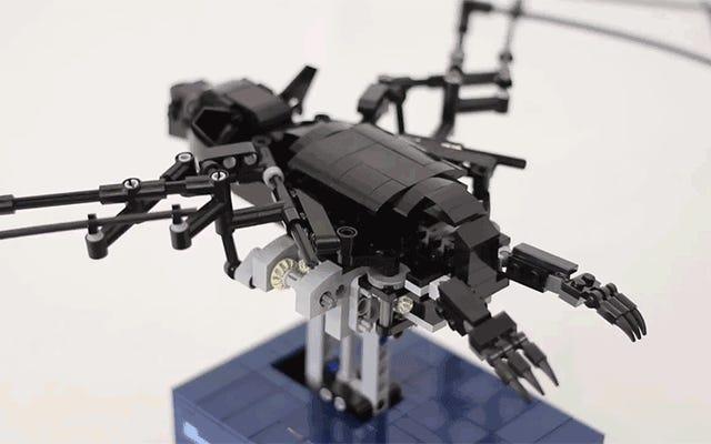 स्पष्ट रूप से इंजीनियर लेगो चमगादड़ असली पंख की तरह अपने पंखों को फड़फड़ाता है