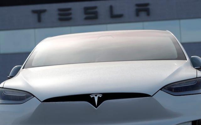 テスラはモデルSとモデルXの所有者に無料で車を充電させます(再び)