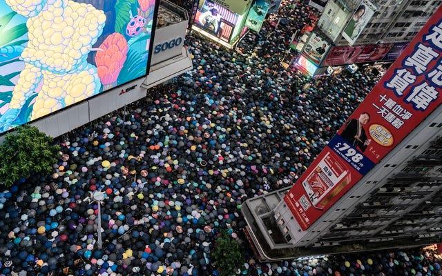 中国最大の宣伝機関がFacebookとTwitterで広告を購入し、香港の抗議者を中傷する