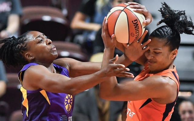 Ruang Locker Bertali Ekspletif 'Pep Talk' Memiliki LA Sparks GM Penny Toler dalam Pemandangan WNBA