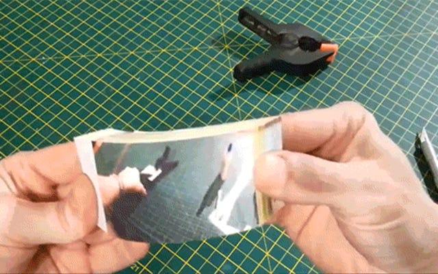 Membuat Buku Flip GIF Seorang Pria Membalik Flip Book GIF Lain Adalah Jenius