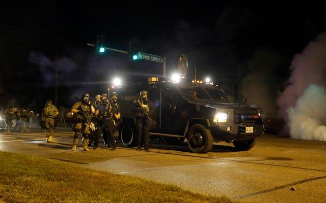 Las armas de grado militar no hacen que la policía o las ciudades sean más seguras, según encuentran 2 nuevos estudios