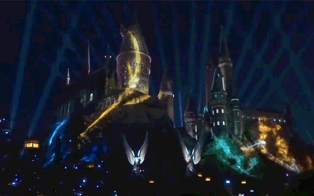 ユニバーサルスタジオでのハリーポッターライトショーの新しい魔法の世界は壮観に見えます