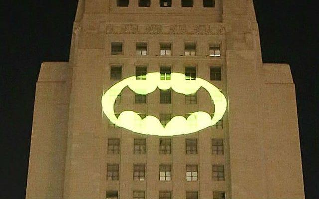 В Лос-Анджелесе засветился сигнал летучей мыши в честь Адама Уэста