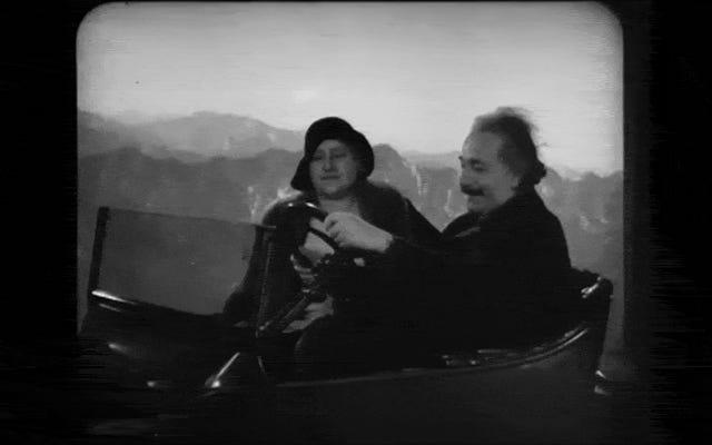 Des images perdues d'Einstein conduisant une voiture volante ont été retrouvées