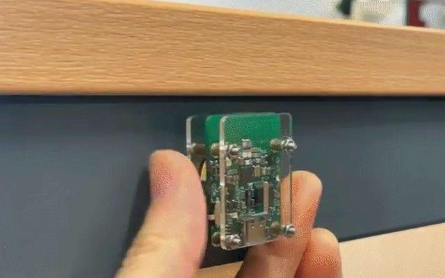 このシンプルなレーザートラップは、上司が近づいたときに仕事で気を散らすものを隠します