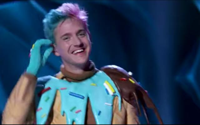 Ninja Menyanyikan 'Old Town Road' Dalam Kostum Es Krim Raksasa Untuk Pemutaran Perdana Penyanyi Topeng