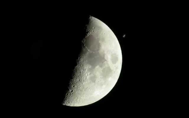 宇宙ステーションが月を越えて飛んでいくのを見る