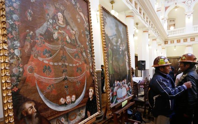 フレームからスライスされた巨大な絵画がボリビアに帰国