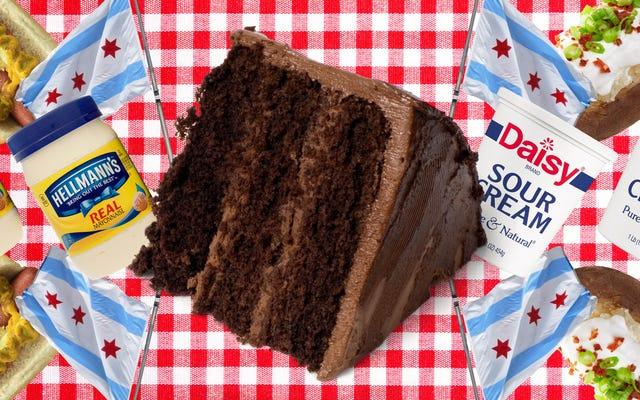 Hem mayonez hem de ekşi krema ile çikolatalı kek yaptım ve açık bir kazanan var