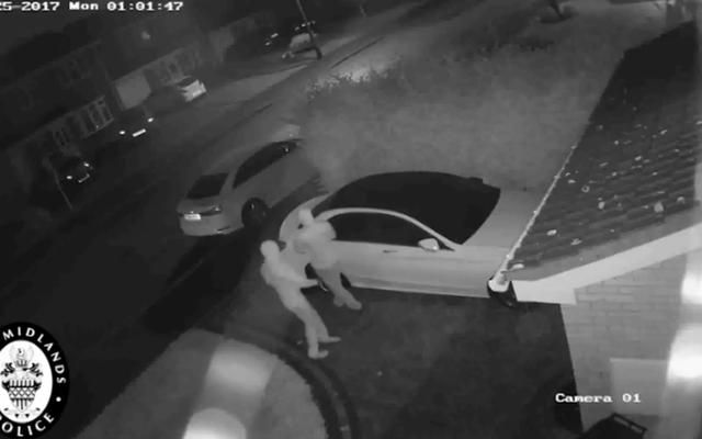 泥棒が1分以内にメルセデスを盗むためにキーレスエントリーをハックするのを見る