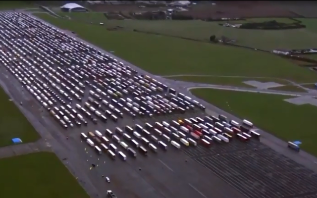 El aeródromo del Reino Unido se convierte en la parada de camiones más grande del mundo mientras los conductores permanecen atrapados en la frontera francesa