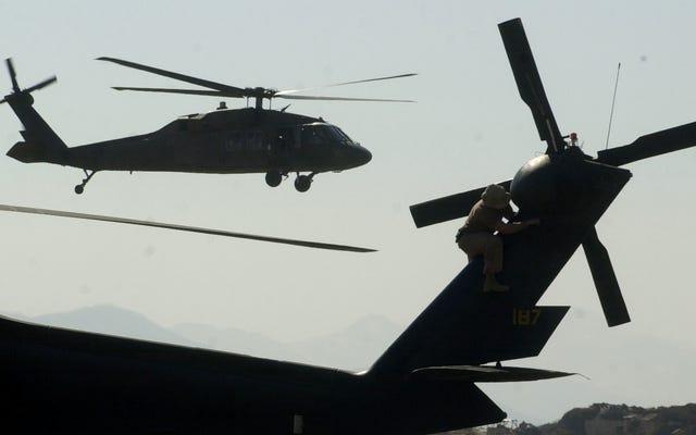 ブラックホークのヘリコプターがハワイの小学校に誤って機器の束を落とした