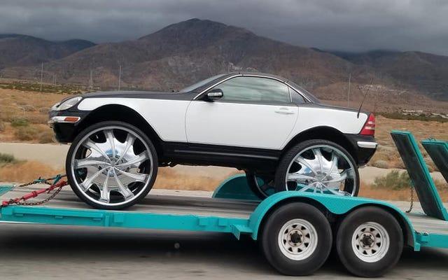 インターネットはこの持ち上げられたメルセデスSLKの巨大な車輪の上でその心を失っています