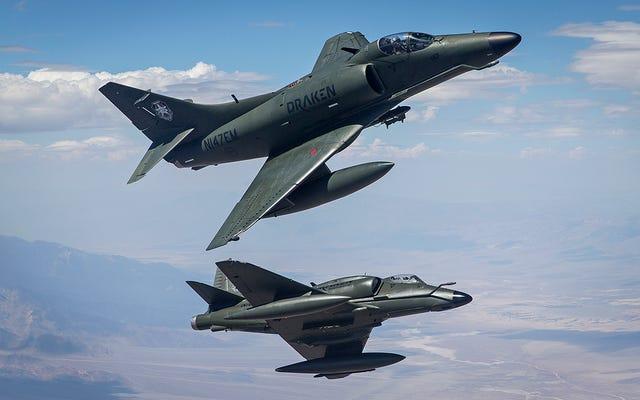 Gli Skyhawks A-4K di Draken forniscono compiti di aggressione privata alla base dell'aeronautica militare di Nellis
