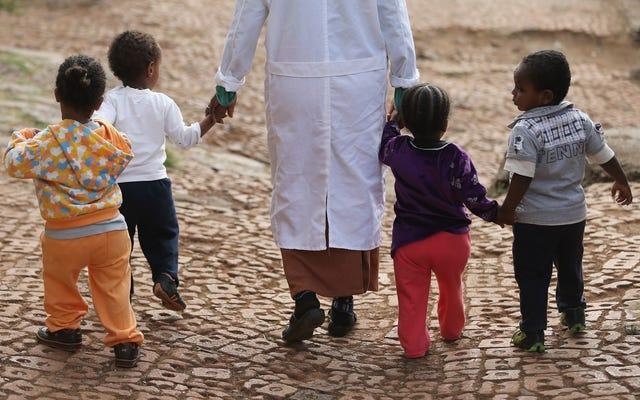 エチオピアは、注目を集める虐待事件の後、すべての国際養子縁組を禁止するように動きます