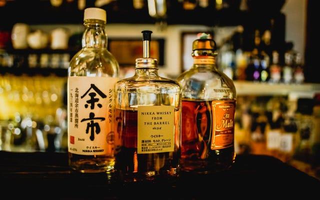 科学はそれを確認します:ウイスキーに水のしぶきを加えることはその香りと風味を改善します