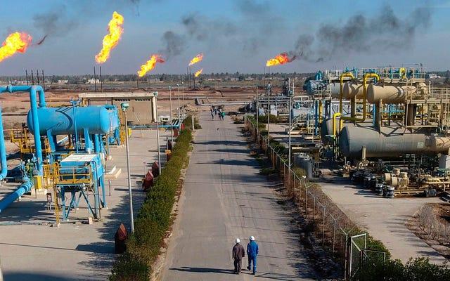 Exxon opłaca akcjonariuszy, zwalnia pracowników