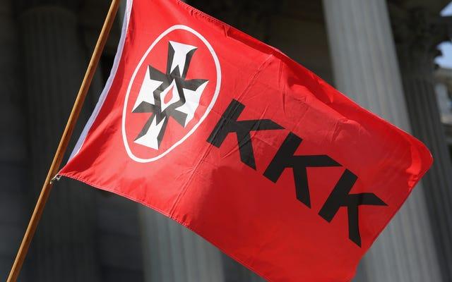 「KKKはあなたを望んでいる!」と宣言する木製のプラカード Minn。HighSchoolで見つかりました