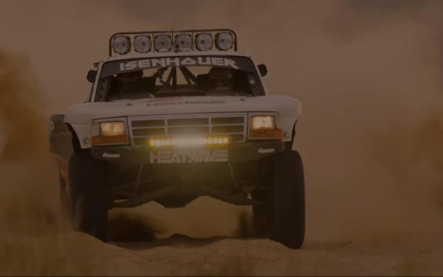 Dai un'occhiata a questo drammatico filmato di corse notturne nel deserto