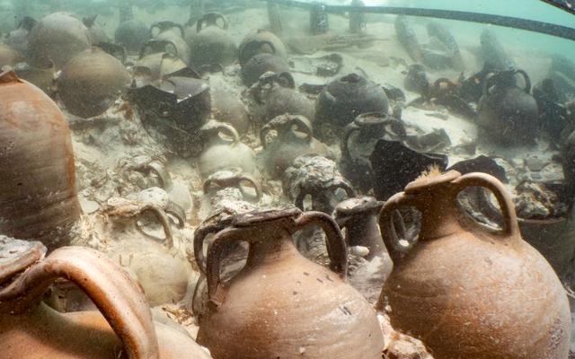 Mereka menemukan sisa-sisa kapal karam dengan lusinan amphoras garo, saus favorit Romawi kuno