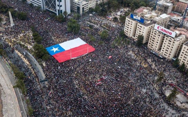 門限の下でチリのオペラ歌手は彼女の窓から抗議の歌をベルトで締めた後に歓声を上げました