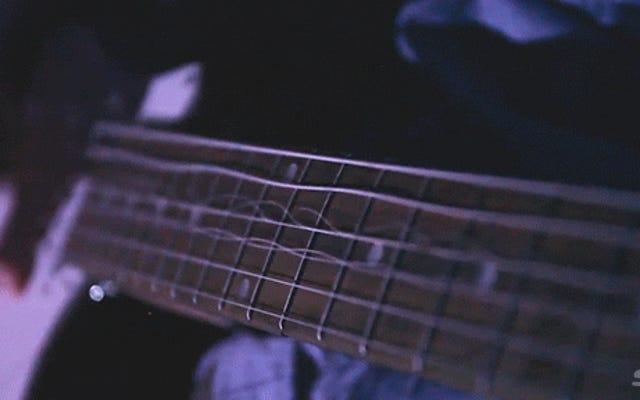 ギターの弦のクレイジーな動きをリアルタイムで見るのはとてもクールです