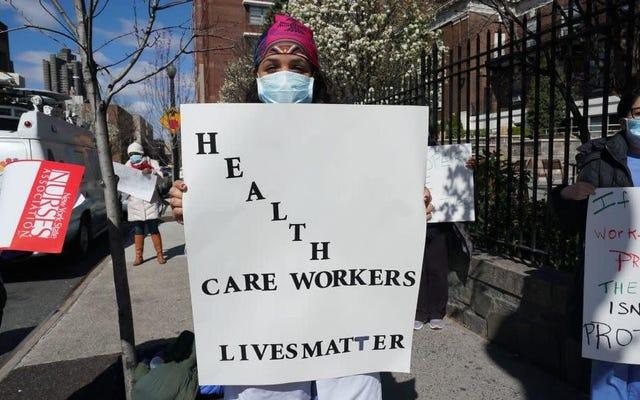 Gli operatori sanitari in gravidanza descrivono di essere costretti a lavorare durante il Covid-19