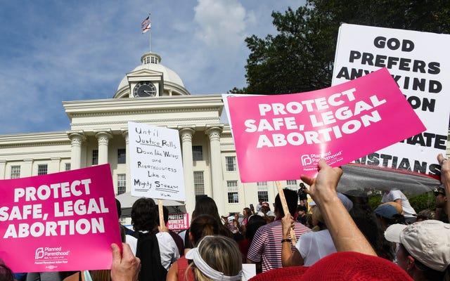 アラバマ州のほぼ完全な中絶禁止が一時的に阻止された