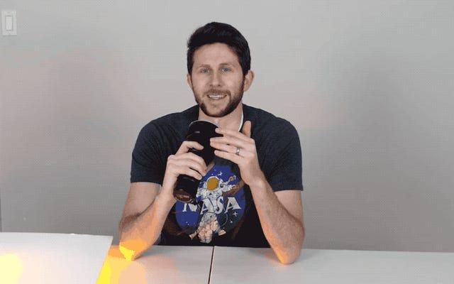 彼は市場で最も強力な懐中電灯を口に入れ、それをオンにして、目から光が出るかどうかを確認します。