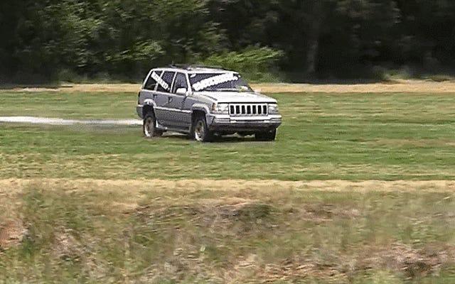 Hóa ra bạn không thể tháo động cơ xe Jeep với một sợi dây kéo khổng lồ và một cái cây