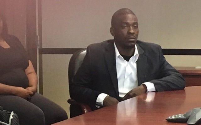 殺人令状で逮捕された15,000,000ドルで警官に対して訴訟を起こしたシカゴの男