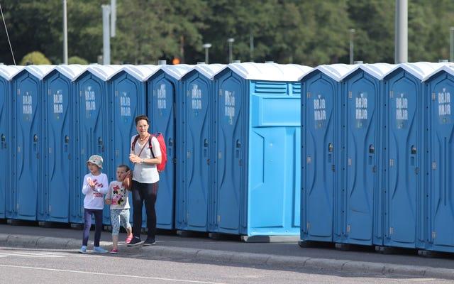 あなたの子供が公衆トイレの何かに触れないようにする方法