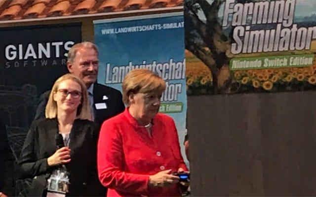 Solo Angela Merkel, jugando un simulador de agricultura