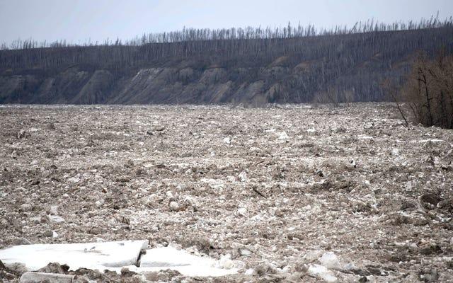 15マイルのアイスジャムがカナダのタールサンドの首都を襲い、洪水と避難を引き起こした