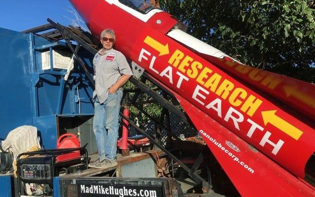 人は自家製のロケットで自分自身を発射することによって地球が平らであることを証明しようとしています