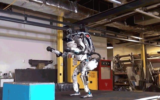 Il robot ATLAS di Boston Dynamics è ora un supersoldato cyborg di backflipping