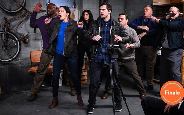 """Brooklyn Nine-Nine kết thúc mùa thứ sáu với """"Biệt đội cảm tử"""" rất riêng"""