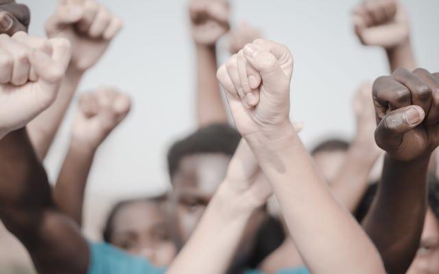 फास्ट-फूड प्रशंसक अपने पसंदीदा की वापसी की मांग के लिए कार्यकर्ताओं को घुमाते हैं