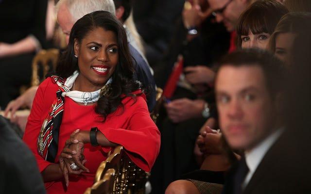 オマロサは、ホワイトハウスのスタッフがハッシュタグを持っていたのでトランプをオフィスから取り除くことについて冗談を言ったと主張している