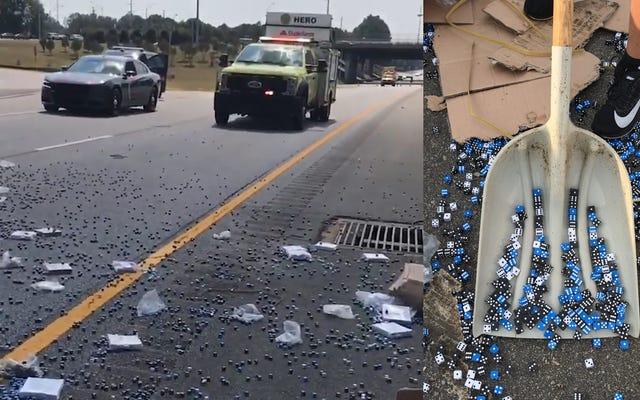 Un camion transportant des dés de jeu se déverse sur l'autoroute et roule un 756000 parfait