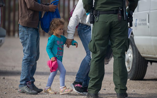 移民の子供たちは、「恐ろしい」状態の報告を受けてテキサス拘置所から移動しました。これが必ずしも素晴らしいニュースではない理由はここにあります