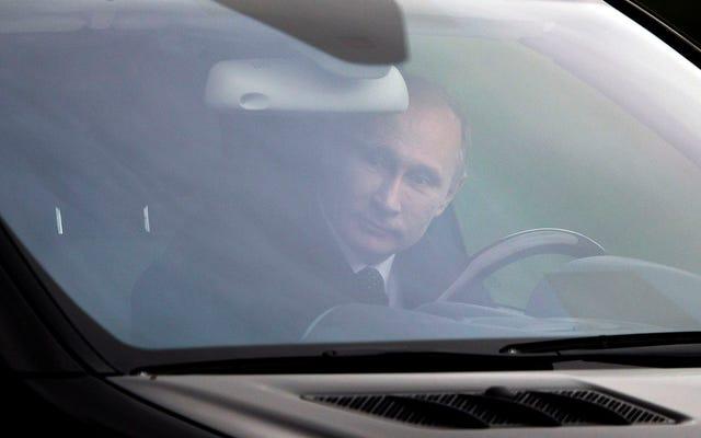 """Vladimir Poutine dit qu'il aimerait conduire une Tesla: """"En Russie, nous ne conduisons pas que des tanks"""""""