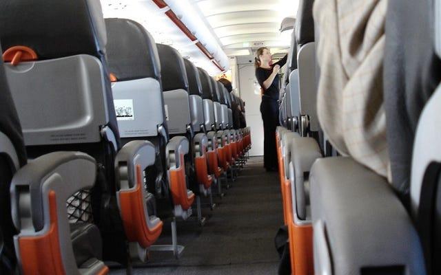 最初に座席をリクライニングして、飛行中のアームレストを征服します