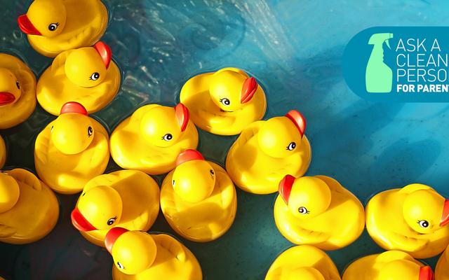 रबड़ डकियों और अन्य स्नान खिलौनों को कैसे साफ करें