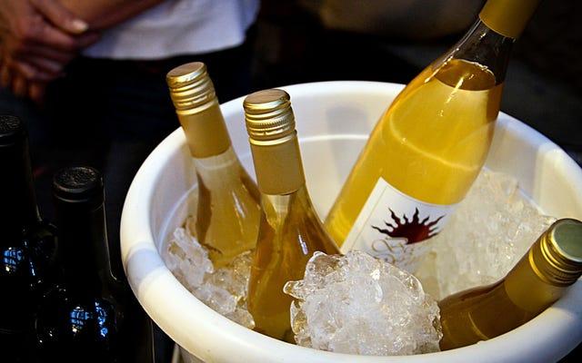 安い白ワインのアイスコールドを提供する